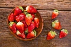 Зрелые красные клубники на деревянном столе Стоковое Изображение