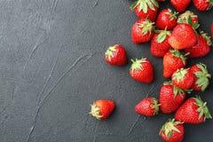 Зрелые красные клубники на черной предпосылке Стоковые Фото
