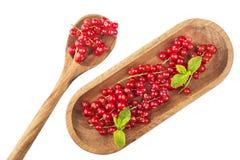 Зрелые красные смородины на деревянной плите с ложкой на белом backgroun Стоковое фото RF