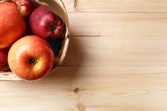 Зрелые красные яблоки в корзине стоковое изображение rf
