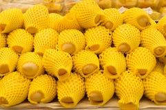 Зрелые манго в желтых мягких крышках пластмассы Стоковые Фото