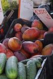 Зрелые манго проданы на рынке в Европе Стоковое Фото