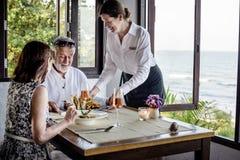 Зрелые пары имея обед на ресторане Стоковое Изображение