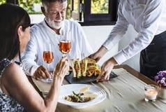 Зрелые пары имея обед на ресторане Стоковые Фото