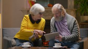 Зрелые пары обсуждая видео- наслаждаясь выход на пенсию совместно в уютном кафе видеоматериал