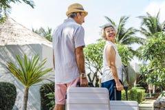 Зрелые пары отдыхая на курорте стоковая фотография