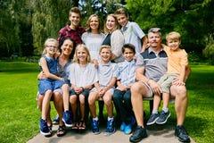 Зрелые пары представляя с их детьми в парке Стоковое Изображение RF