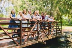 Зрелые пары с 9 детьми на мосте Стоковое Изображение