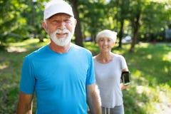 Зрелые пары jogging и бежать outdoors в городе стоковые фотографии rf