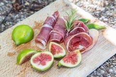 Зрелые плодоовощи смоквы и бекон или ветчина Еда для сопровождения d Стоковая Фотография RF
