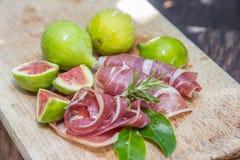 Зрелые плодоовощи смоквы и бекон или ветчина Еда для сопровождения d Стоковые Фотографии RF