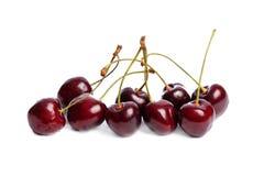 Зрелые, помытые аппетитные и вкусные яркие красные вишни на белизне изолировали предпосылку Стоковые Изображения RF