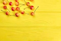 Зрелые сочные вишни на деревянной предпосылке Стоковое Изображение