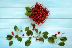 Зрелые сочные вишни на стеклянной пластинке Стоковое Фото