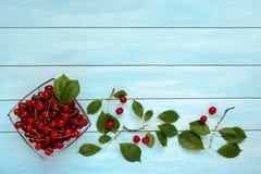 Зрелые сочные вишни на стеклянной пластинке Стоковые Фото