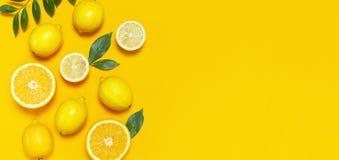 Зрелые сочные листья лимонов, оранжевых и зеленых на яркой желтой предпосылке Плод лимона, концепция цитруса минимальная, витамин стоковое изображение rf