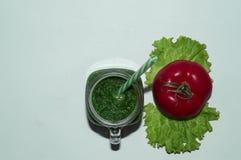 Зрелые, сочные яблоки - красный цвет и зеленый цвет овощи шнура еды cauliflowers морковей фасолей естественные овощи плодоовощей  Стоковое Изображение RF