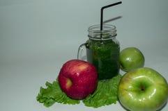 Зрелые, сочные яблоки - красный цвет и зеленый цвет овощи шнура еды cauliflowers морковей фасолей естественные овощи плодоовощей  Стоковые Фото