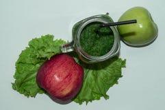 Зрелые, сочные яблоки - красный цвет и зеленый цвет овощи шнура еды cauliflowers морковей фасолей естественные овощи плодоовощей  Стоковое фото RF