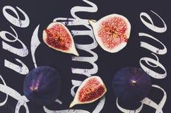 Зрелые фиолетовые смоквы на черной предпосылке Стоковые Фотографии RF