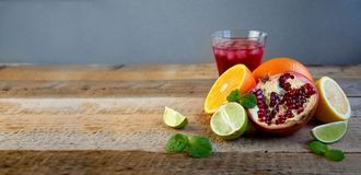 Зрелые цитрусовые фрукты на старом деревянном столе Апельсин, известка, мята лимона еда здоровая Предпосылка лета стоковая фотография