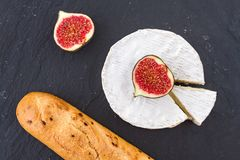 Зрелые части сыр плодоовощ смоквы и камамбера швейцарца и кудрявый золотой свежий багет лука для завтрака Стоковое Фото