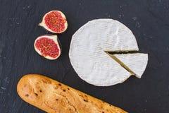 Зрелые части сыр плодоовощ смоквы и камамбера швейцарца и кудрявый золотой свежий багет лука для завтрака Стоковая Фотография RF