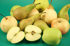 Зрелые яблоки и груши Стоковая Фотография