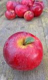 Зрелые яблоки на деревянной предпосылке Стоковое Изображение RF