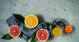Зрелые tangerines на серой предпосылке План плодоовощ Цитрус Стоковое фото RF