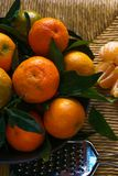 Зрелые tangerines с листьями на деревенской таблице с тканью стоковые фото