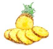 Зрелый ананас с ломтиками Стоковые Фотографии RF