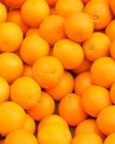 Зрелый апельсин плодоовощ рынка много серии взгляд сверху желтого цвета базара Стоковое фото RF