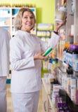 Зрелый аптекарь женщины на работе Стоковое фото RF