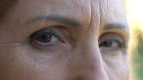Зрелый женский смотреть в камеру с всеми влюбленностью и надеждой, долгожданной встречей акции видеоматериалы