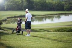 Зрелый игрок гольфа человека с шляпой стоковое фото rf
