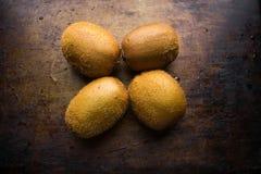 Зрелый киви плодоовощ 4 на темной затрапезной предпосылке Стоковые Изображения