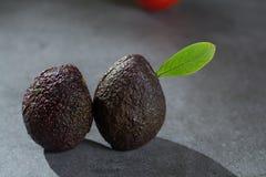Зрелый конец авокадоа вверх на серой конкретной предпосылке, здоровой еде Стоковая Фотография