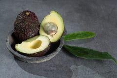 Зрелый конец авокадоа вверх на серой конкретной предпосылке, здоровой еде Стоковые Фотографии RF