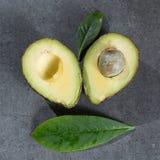 Зрелый конец авокадоа вверх на серой конкретной предпосылке, здоровой еде Стоковая Фотография RF