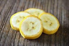 Зрелый кусок банана на древесине Стоковые Фотографии RF