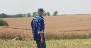 Зрелый мужской фермер писать на доске сзажимом для бумаги на ферме Современное земледелие акции видеоматериалы
