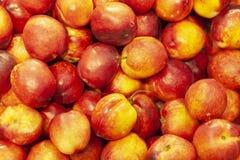 Зрелый персик, предпосылка персика в окне магазина стоковая фотография rf