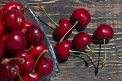 зрелый плодоовощ вишни ягод в стеклянной вазе на темной деревянной предпосылке Стоковые Фотографии RF