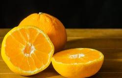 Зрелый плодоовощ мандарина слез открытое и место на старом деревенском взгляде tim Стоковые Изображения RF