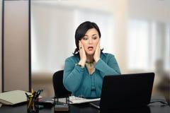 Зрелый работник офиса чувствует панику стоковое изображение rf