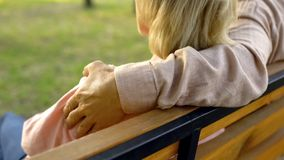 Зрелый супруг обнимая жену в парке, сомкнутости отношения, романтичной дате на открытом воздухе стоковое фото
