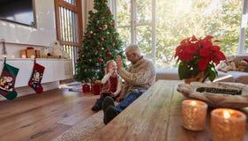 Зрелый человек давая максимум 5 к его внучке дома Стоковая Фотография RF