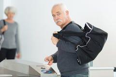 Зрелый человек идя к спортзалу стоковые изображения rf