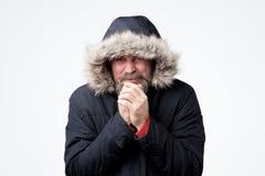Зрелый человек с бородой с клобуком на замерзать головы стоковое фото rf